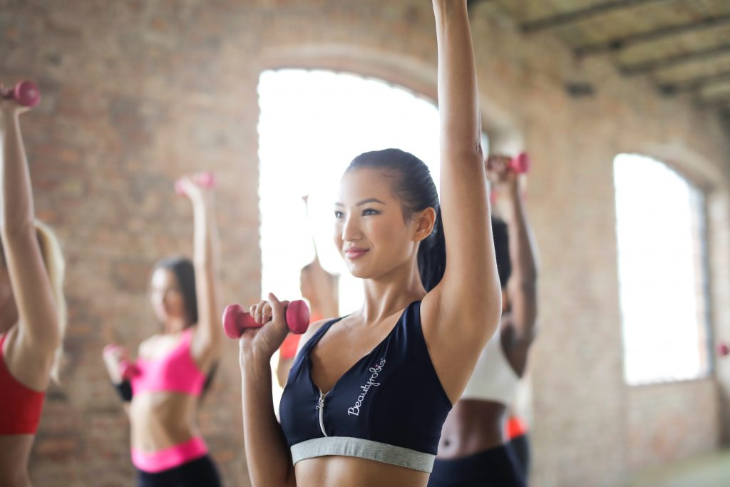 Groupe-de-femmes-faisant-du-sport